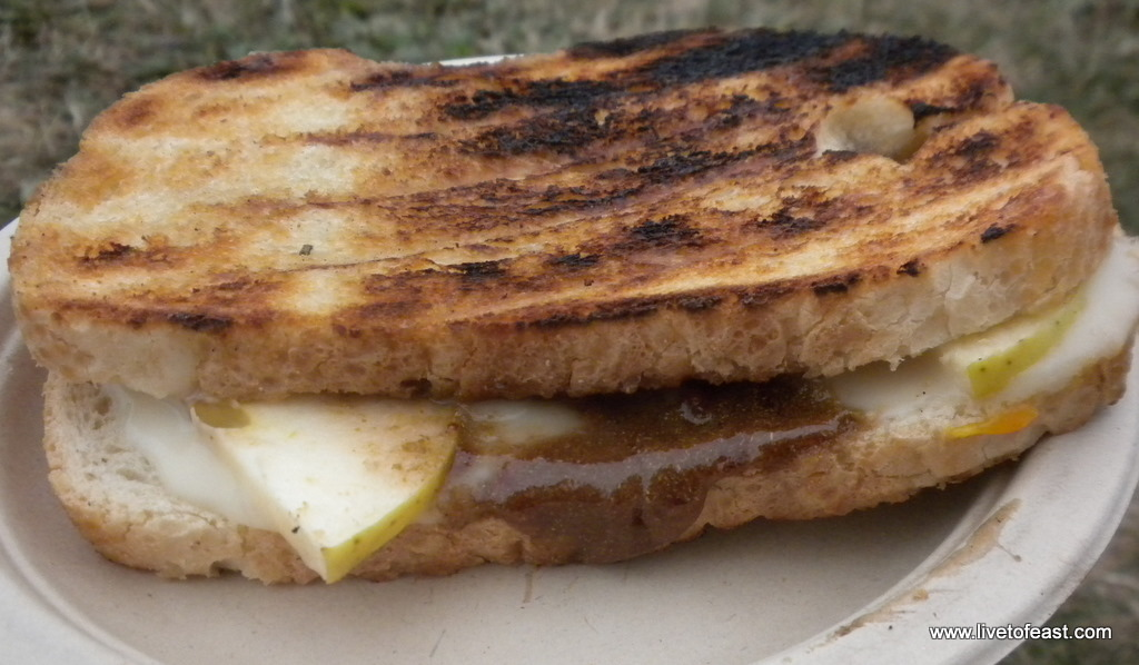 Grilled brie with apples and rosemary jam